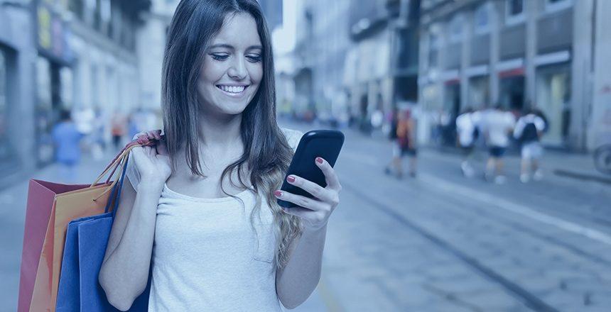 Die Werbeagentur MAXMARK hat durch Local SEO-Maßnahmen Suchergebnisse erreicht, damit das Ladengeschäft von der Frau beim Einkaufen mit ihrem Smartphone gefunden werden kann.
